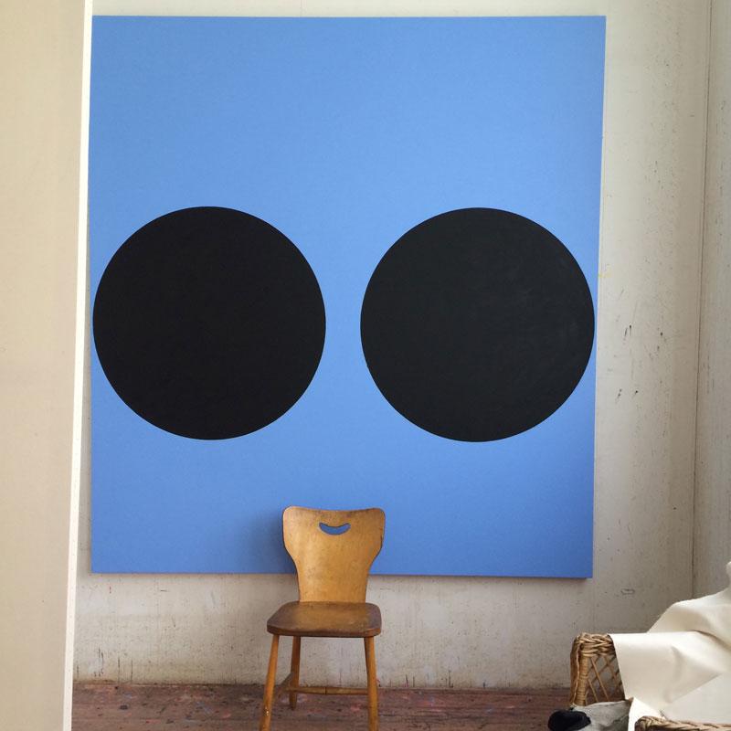 Ann Edholm menar att det självklart kan finnas humor i seriöst, abstrakt måleri! Bild från ateljébesök i Lid.