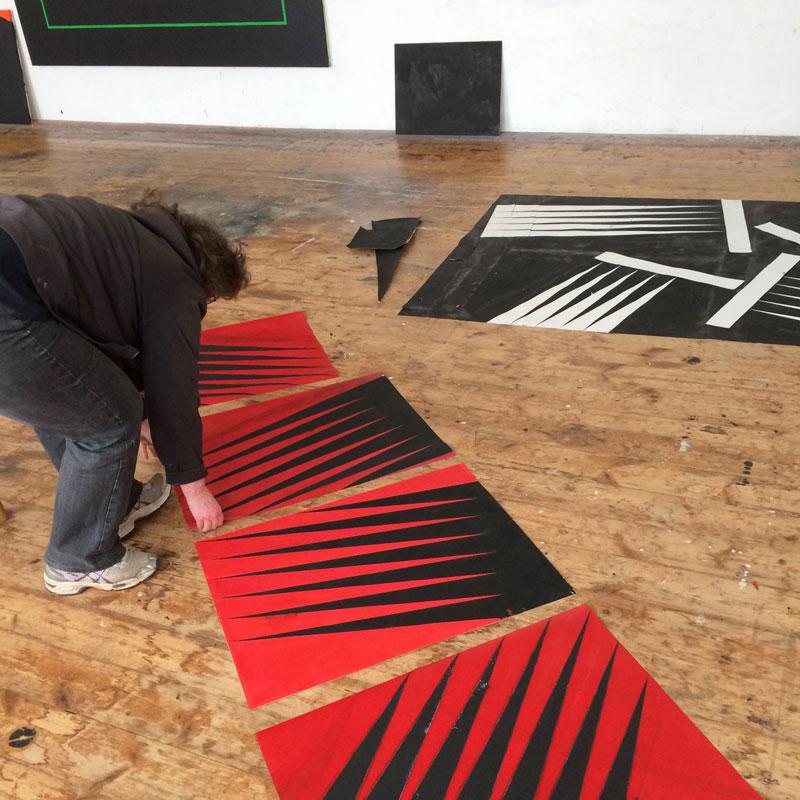 Ann Edholm visar skisser till ett nytt grafikprojekt vid ett ateljébesök i sörmländska Lid