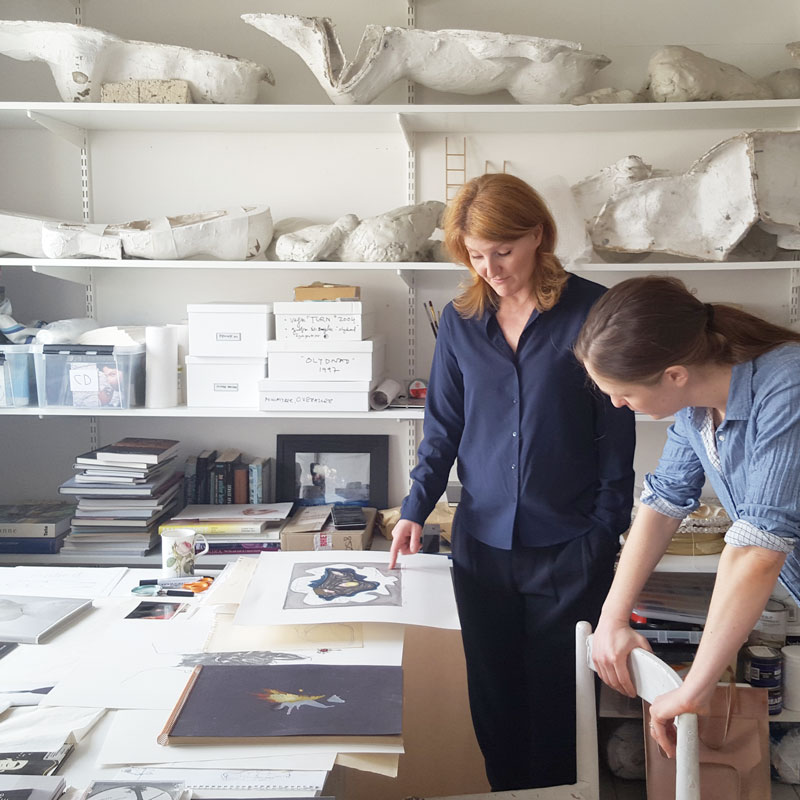Charlotte Gyllenhammar och ed. arts Elisabeth Blennow Calälv i samtal i Gyllenhammars ateljé