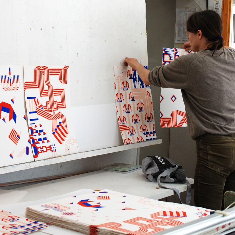 """Cilla Ramnek in the printers workshop, printing """"Sakerna, svängrummet"""""""