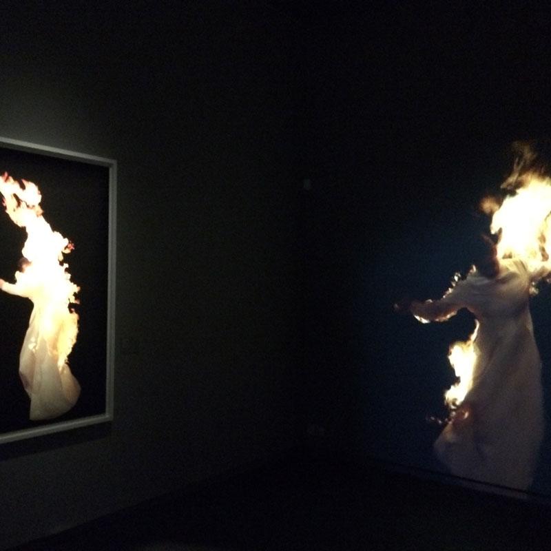 """Video och fotoverket """"Night"""" skildrar en brinnande gestalt som går fram och tillbaka och som i den rörelsen speglar sig själv. Verket blev utgångspunkten för den etsning som Gyllenhammar tagit fram för ed. art."""