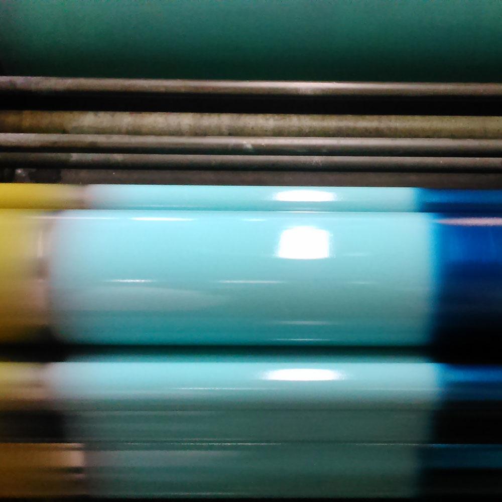 Valsen snurrar och färgen läggs på inför tryck. Här arbetar Karen med tre olika färger samtidigt, spännande!