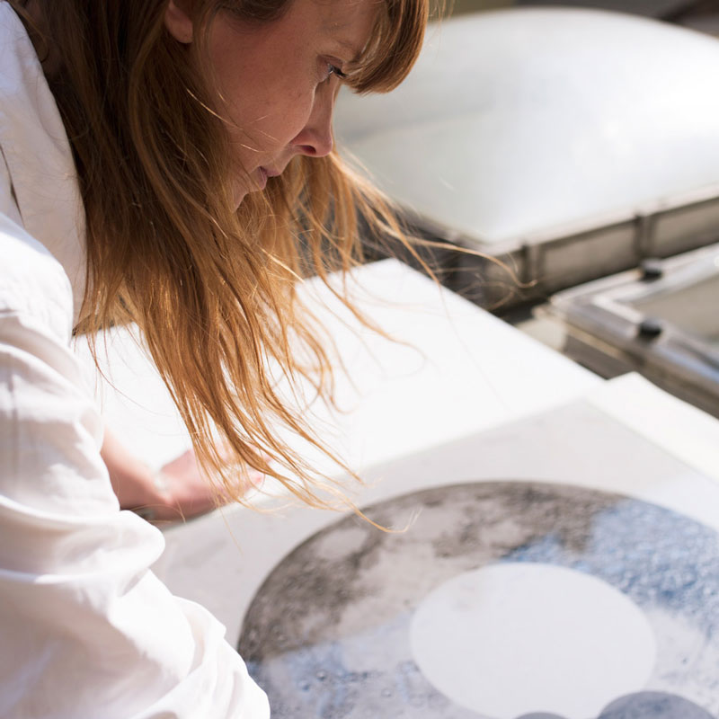 Genom ett modernt konstruerat glasnegativ som pressas mot cyanotypipapprets yta har Cecilia Ömalm exponerat det ljuskänsliga pappret med direkt solljus.