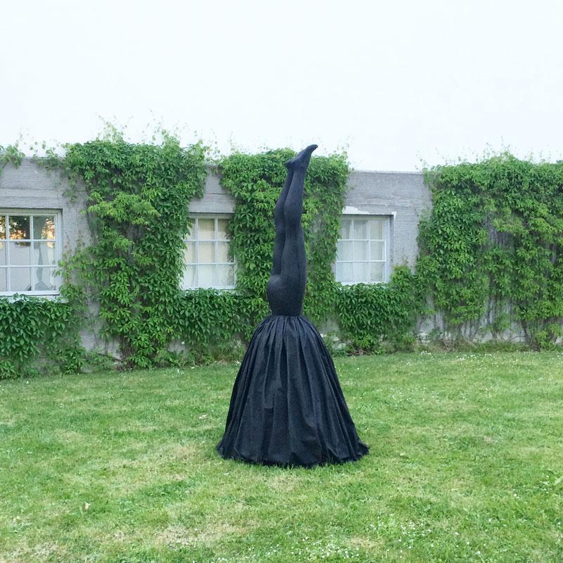 """Charlotte Gyllenhammars skulptur """"Night Descend"""" utställd på Thielska galleriet i Stockholm."""
