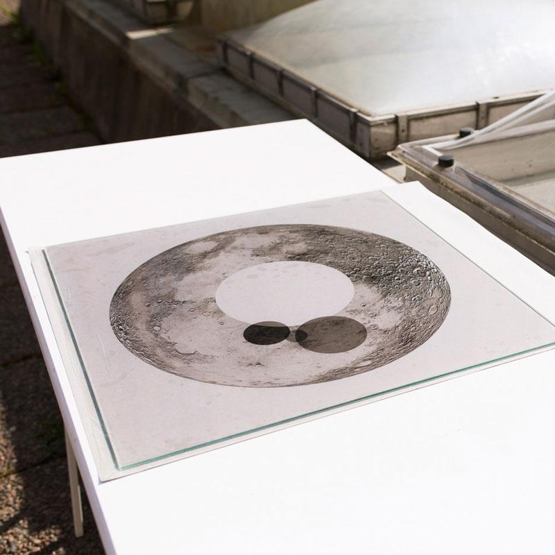 Varje kopia i upplagan skiftar i intensitet beroende på tidpunkt och ljusets kvalitet då den exponerats.